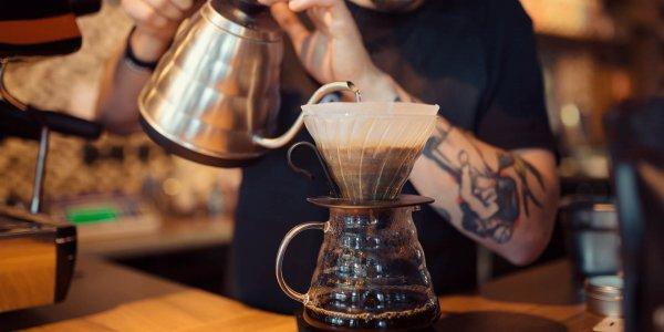 Barista podający kawę Brasilmoka
